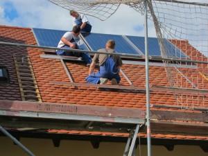 Die Mitarbeiter der Firma Uhlmann bei der Montage einer Sonnenkraft Solaranlage