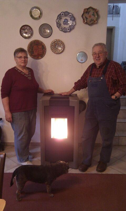 Hier stand noch vor Stunden ein Holz-Kaminofen. Jetzt heizt die Familie aus Wörrstadt mit Pellets.